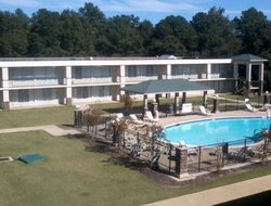 Phenix City hotels with swimming pool