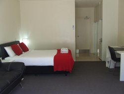 Burleigh Heads hotels with restaurants