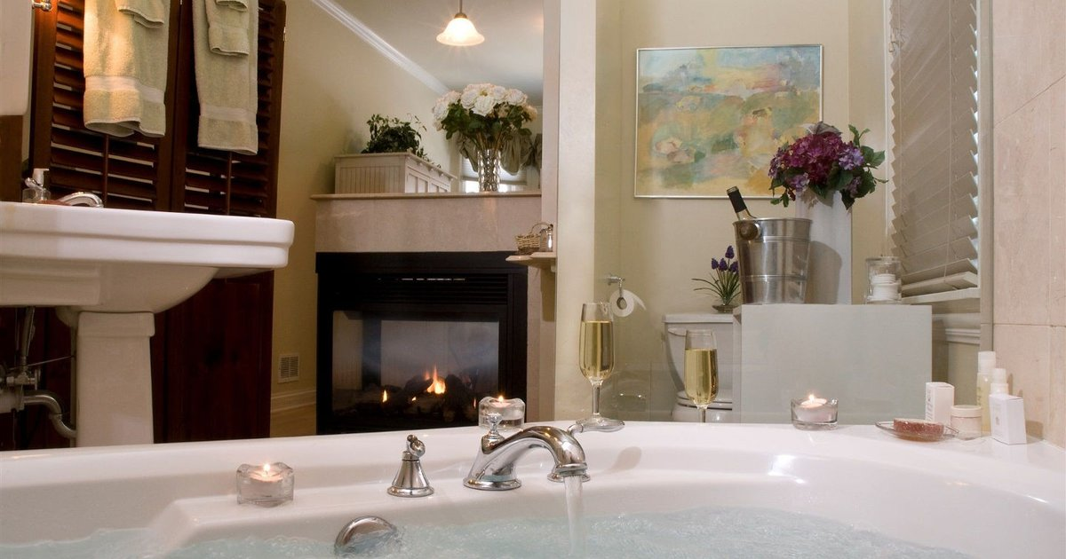 King Jacuzzi in Harvey House B&B