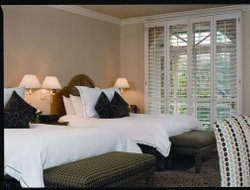 Westlake Village hotels with restaurants