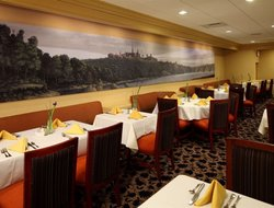 Rosslyn hotels with restaurants