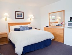 Port Alberni hotels with swimming pool