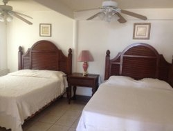 Coxen Hole hotels with restaurants