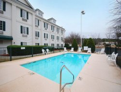 Newnan hotels with swimming pool