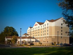 Mauldin hotels with restaurants