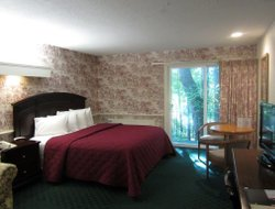 Sturbridge hotels with swimming pool