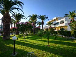 Tigaki hotels with swimming pool