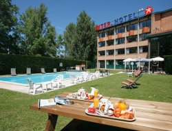 Labege hotels with restaurants