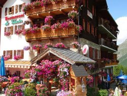 Arolla hotels with restaurants