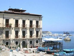 Scilla hotels with restaurants