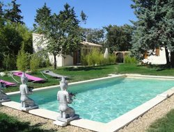 Saumane-de-Vaucluse hotels with swimming pool