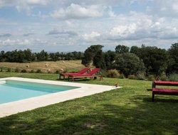 Buonconvento hotels with swimming pool