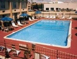 Warren hotels with swimming pool