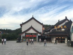 Wudangshan hotels with restaurants