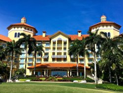 Top-3 hotels in the center of Naples Park