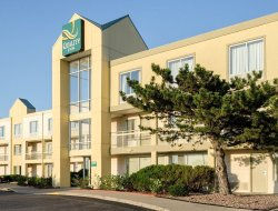 Pets-friendly hotels in Merriam