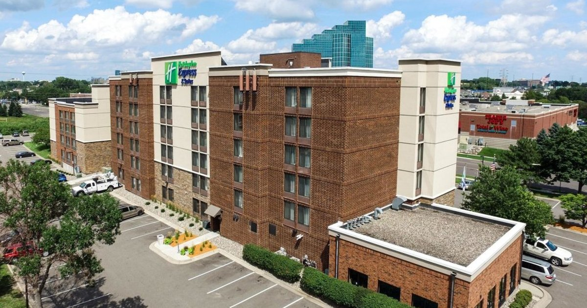 Holiday Inn Express & Suites Bloomington West
