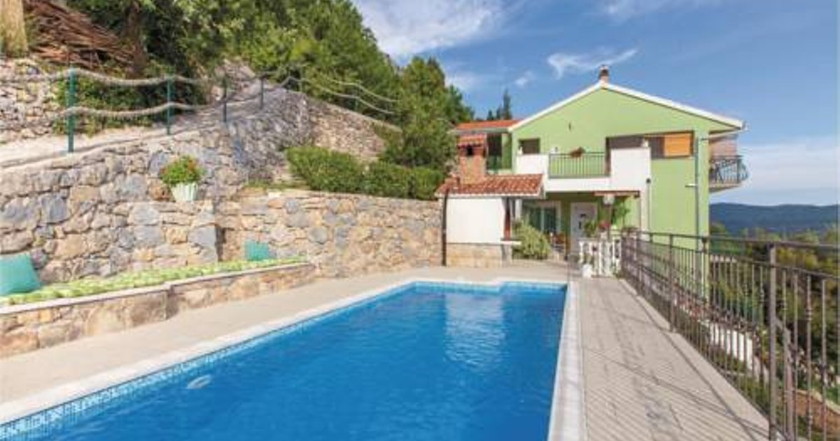 Three-Bedroom Apartment Zrnovnica with an Outdoor Swimming Pool 04