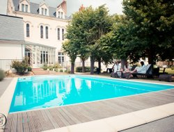 Laval hotels with restaurants