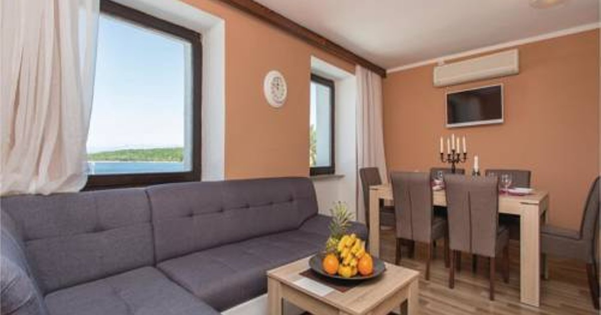Three-Bedroom Apartment with Sea View in Njivice