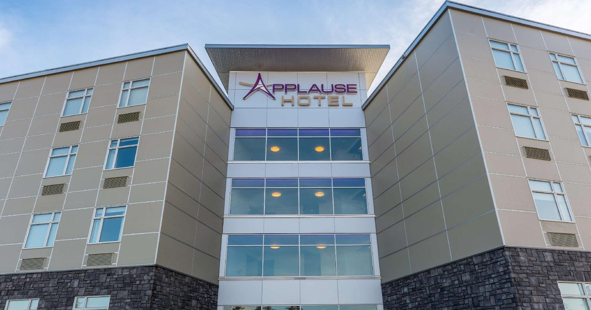 Applause Hotel Calgary Airport by CLIQUE