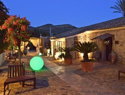 Caltagirone hotels with swimming pool