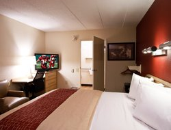Dearborn hotels with restaurants