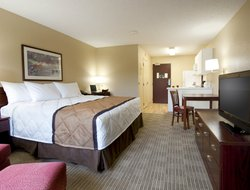Top-3 hotels in the center of Des Plaines