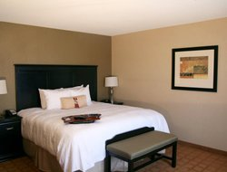 St. Charles hotels with restaurants