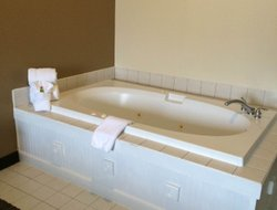 Lawrenceburg hotels with swimming pool