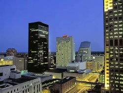 Des Moines hotels with restaurants