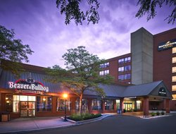 Burlington hotels with restaurants