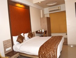 Vapi hotels with restaurants