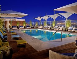 Long Beach hotels with restaurants