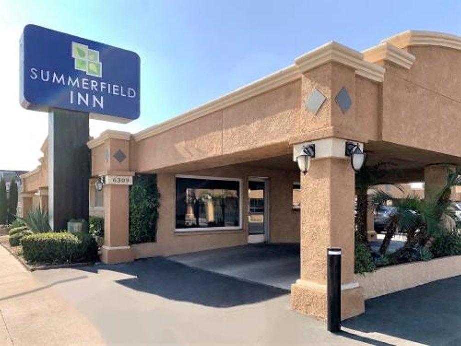 hotels near save mart center fresno