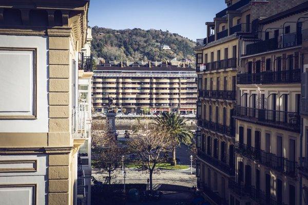 Legazpi Doce Studios Suites - 11