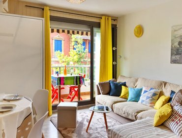 อพาร์ทเมนท์ Bright studio apartment for 2 adults with a furnished balcony - steps from the beach!