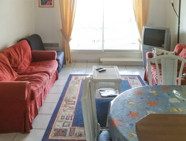 อพาร์ทเมนท์ Comfortable, 1-bedroom apartment with a furnished terrace and sea views - steps from the beach!
