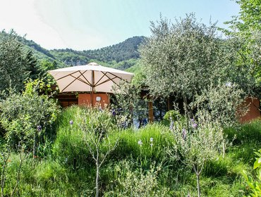 Апартаменты Divine bungalow for 4 in Brescia province with lush gardens, overlooking Lake Garda and mountains.