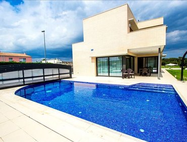 Apartments Spectacular 4-bedroom villa in Riudellots, just 10km from Girona!