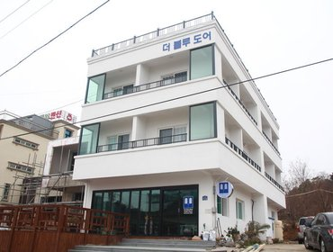 Хостел Blue Door Hostel