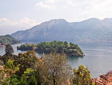 อพาร์ทเมนท์ Luxurious panoramic lake view apartment, sleeps 10