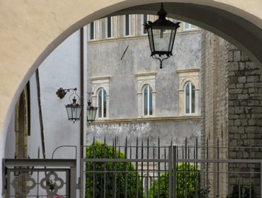 Апартаменты NOBLE FRESCOED APARTMENT in the historic centre