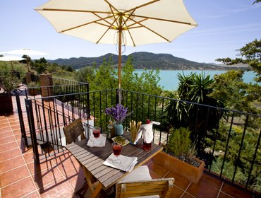 อพาร์ทเมนท์ Lakeside Andalusian Finca in Secluded Nature Area