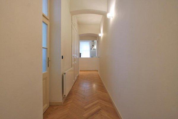 Tyn Church Apartment - фото 10