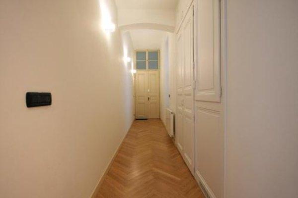 Tyn Church Apartment - фото 11