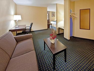 Апартаменты Holiday Inn Express Hotel & Suites Benton Harbor