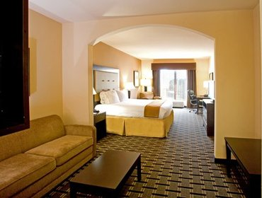 Апартаменты Holiday Inn Express and Suites Beeville