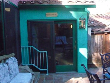 Апартаменты Comfortable Studio House in Woodland Hills with Aircon, Parking, and Pool