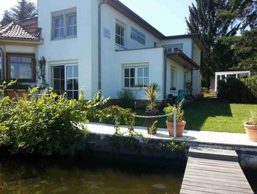 Апартаменты Family-friendly 3 Bedroom House in Schonefeld with Parking - Ferienhaus am Wasser